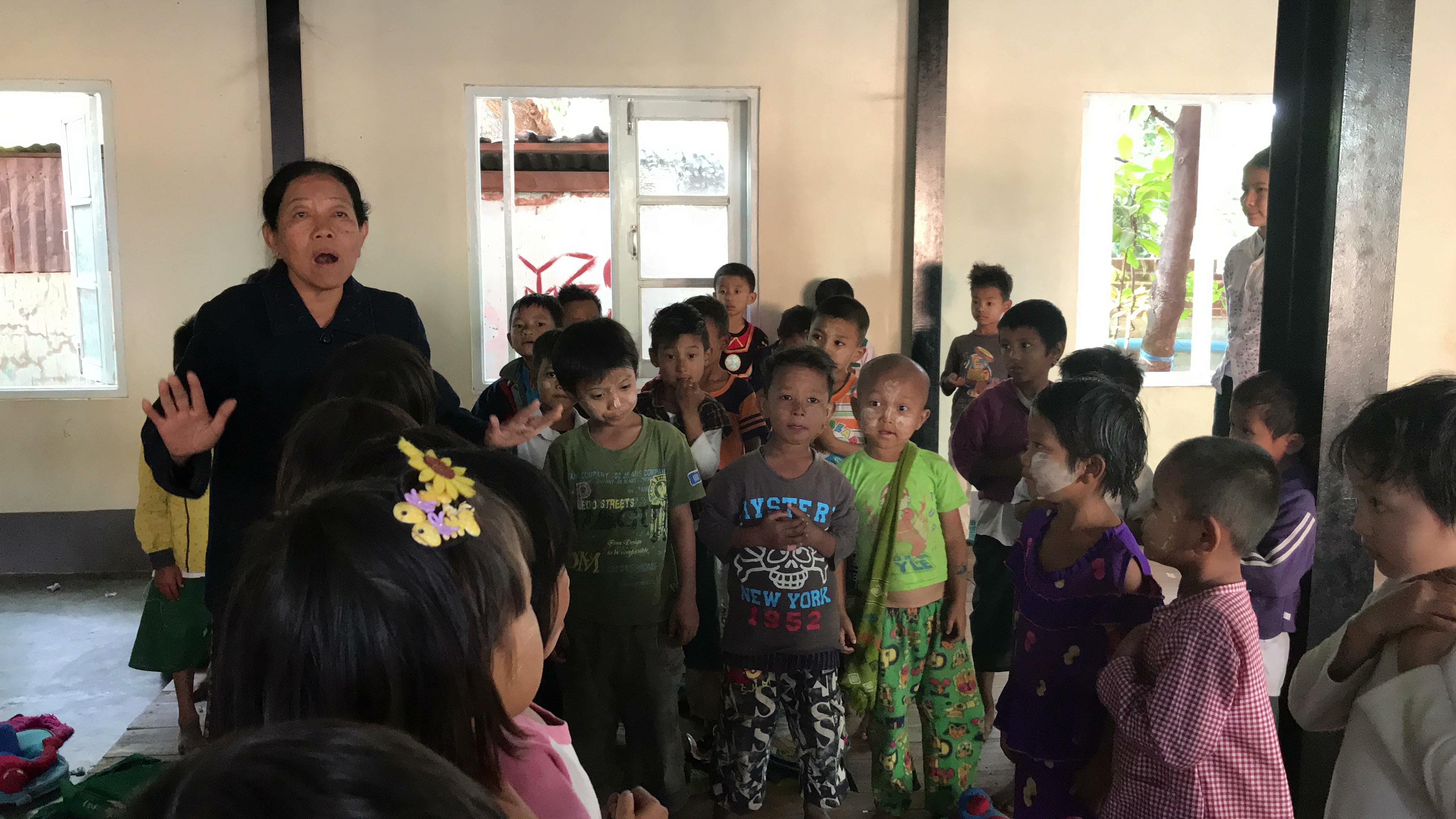 緬甸僧侶小學的資深英語老師與孩子們的教學互動,啟發青年團隊服務孩子們的志向