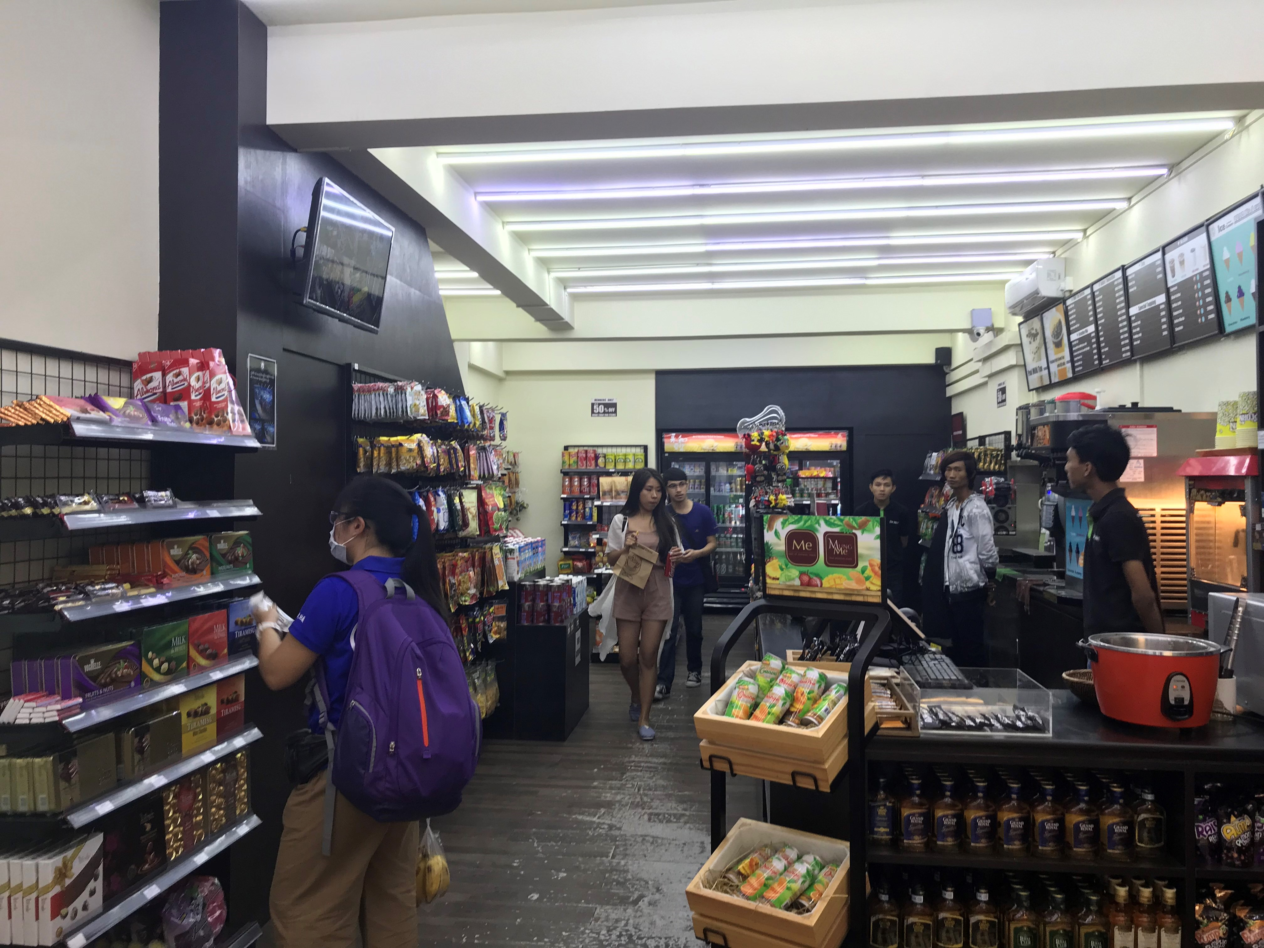 青年團隊抵達採訪的De Mart,觀察來客與環境,以了解當地市場