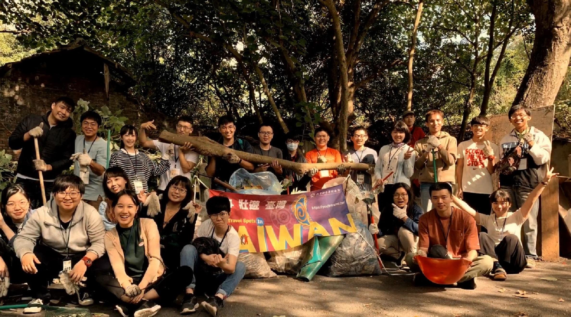 照片2-與青年壯遊夥伴們一起打掃眷村,一起為眷村的保存及活化作出貢獻