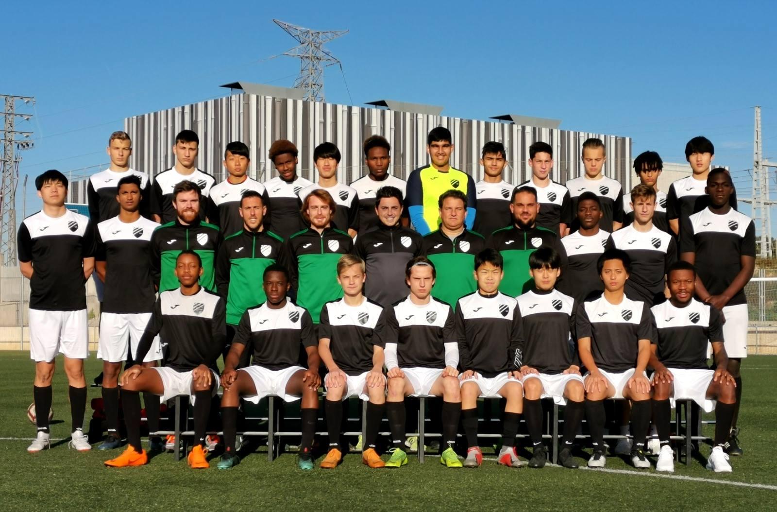 蔡秉均(第一排右二)與西班牙足球隊員合照