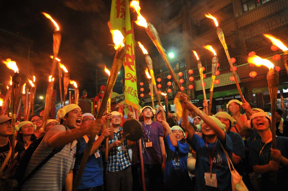 嘉義布袋壯遊點—青年高舉火把體驗在地文化信仰