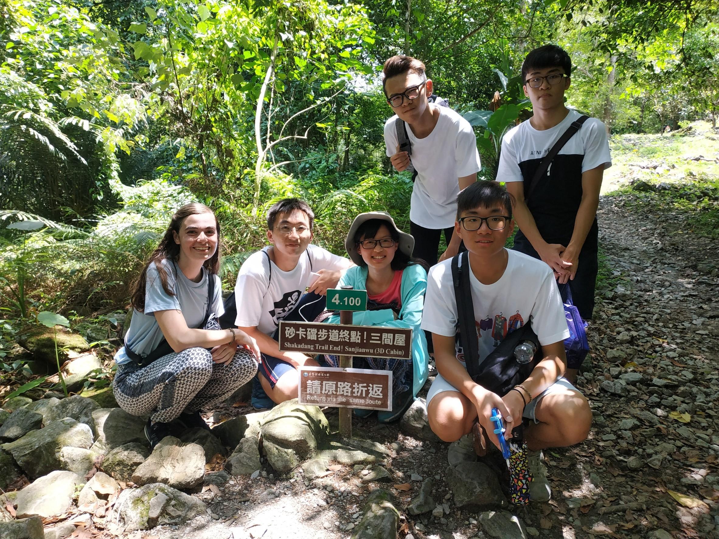 18夢想團團員和美國朋友踏查花蓮砂卡礑步道