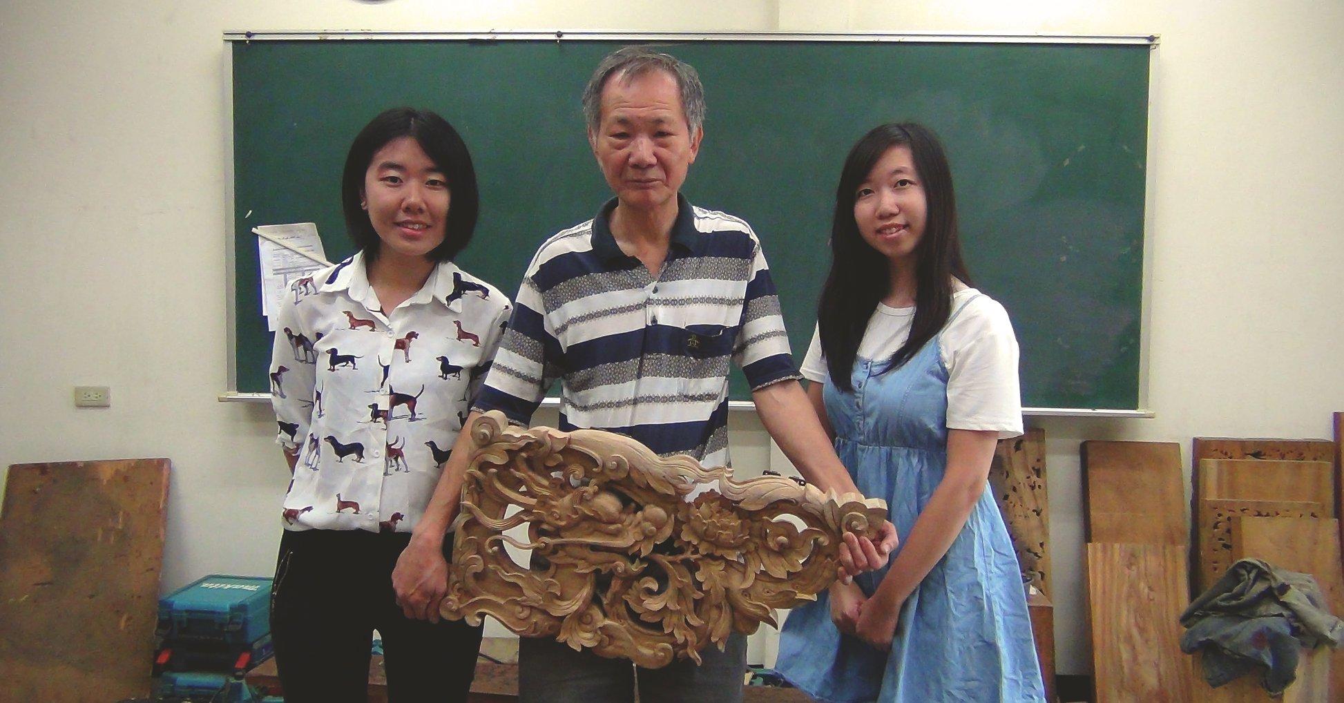 團隊與國寶級木雕師傅洪耀輝老師合影